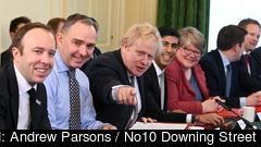 Storbritanniens premiärminister Boris Johnson omgärdad av sin regering. Arkivbild.