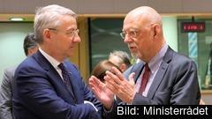Sveriges EU-minister Hans Dahlgren (S) till höger i bild, i samspråk med Rumäniens EU-minister George Ciamba i mars 2019. Arkivbild.