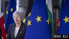 Theresa May på väg in till EU-toppmötet där hon hoppas få hjälp av EU-ledarna för att få igenom brexitavtalet i det brittiska underhuset.