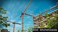 Tillväxten väntas bromsa in i EU, i Sveriges främst på grund av sjunkande bostadspriser.