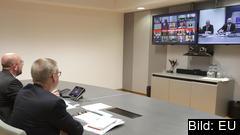 Europeiska rådets ordförande Charles Michel (till vänster) ledde tisdagens telefontoppmöte från Bryssel.