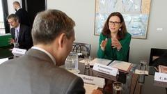 EU:s handelskommissinär Cecilia Malmström vill börja förhandla om rena handelsavtal utan tvistelösning.