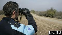 En Frontex-vakt bevakar landgränsen mellan Grekland och Turkiet. Arkivbild.