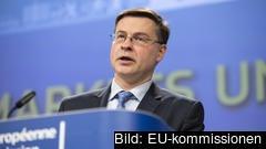 EU-kommissionens vice-ordförande Valdis Dombrovskis presenterar under tisdagen ett nytt krispaket för banker.