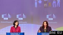 EU-kommissionärer Věra Jourová och Helena Dalli presenterar jämställdhetsstrategin.