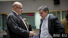 Greklands finansminister Euklidis Tsakalotos (till höger) diskuterar med tysken Peter Altmeier på måndagens eurogruppsmöte.